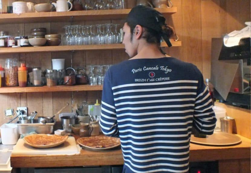 אדם מכין קרפים, ברייז קפה (צילום: יפה עירון קוץ)