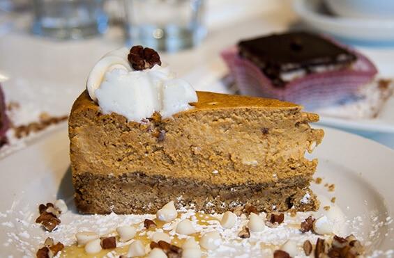 """עוגת דלעת וג'ינג'ר טבעונית של """"פטוניה"""" (צילום: אורי שביט, """"טבעוניות נהנות יותר"""")"""