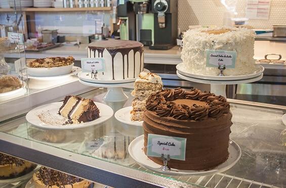 """מבחר עוגות טבעוניות של """"פטוניה"""" (צילום: אורי שביט, """"טבעוניות נהנות יותר"""")"""