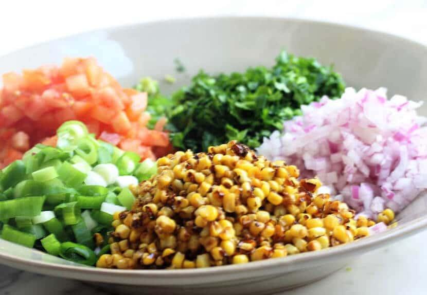 """ירקות חתוכים וגרגרי תירס קלויים לסלט מקסיקני (צילום: רותם ליברזון, """"טיפול בבישול"""")"""