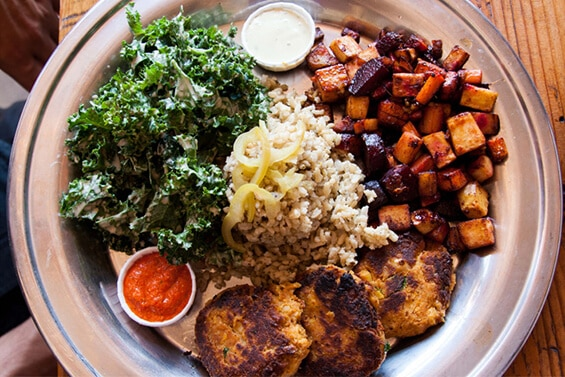"""קציצות חומוס עם סלט קייל בטחינה, ירקות שורש צלויים ואורז בסמטי מלא. מנה של """"סודרה"""" (צילום: אורי שביט, """"טבעוניות נהנות יותר"""")"""