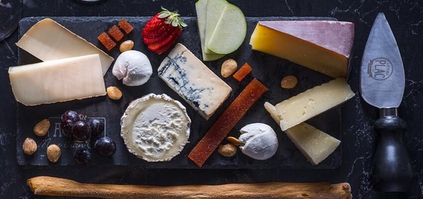 גבינות במעדניית אגתה (צילום: אנטולי מיכאלו)