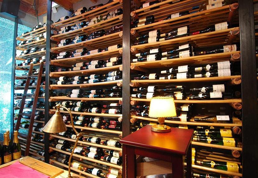 מדפי היין של אלקלעי (צילום: מיכל גור)