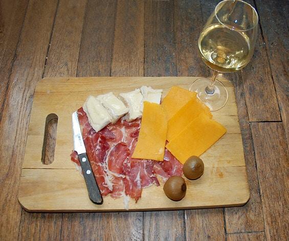 פלטת נקניקים וגבינות וכוס יין. לה בארב (צילום: יפה עירון-קוץ)