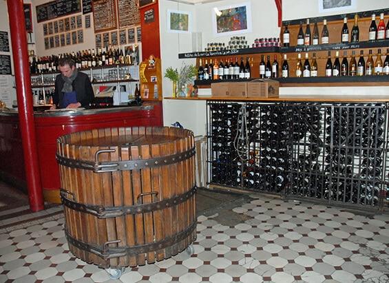 מדפי יין, חבית ובר - לה בַּרון רוז' (צילום: יפה עירון-קוץ)