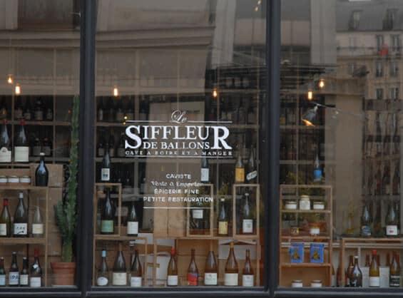 בקבוקי יין בחלון של לה סיפלר דה באלון (צילום: יפה עירון-קוץ)