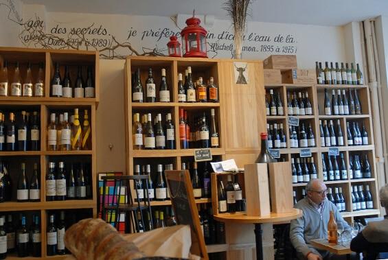 מדפי יין ואנשים יושבים ליד שולחן. לה קאב דה פראג (צילום: יפה עירון-קוץ)