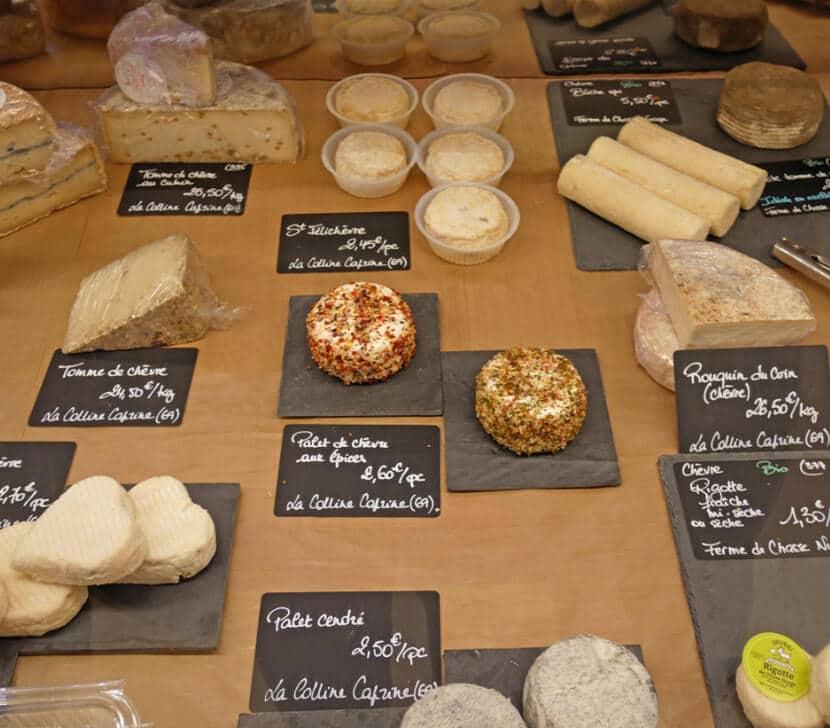 גבינות בשוק האוכל האל דה מרטינייר, ליון (צילום: יפה עירון-קוץ)