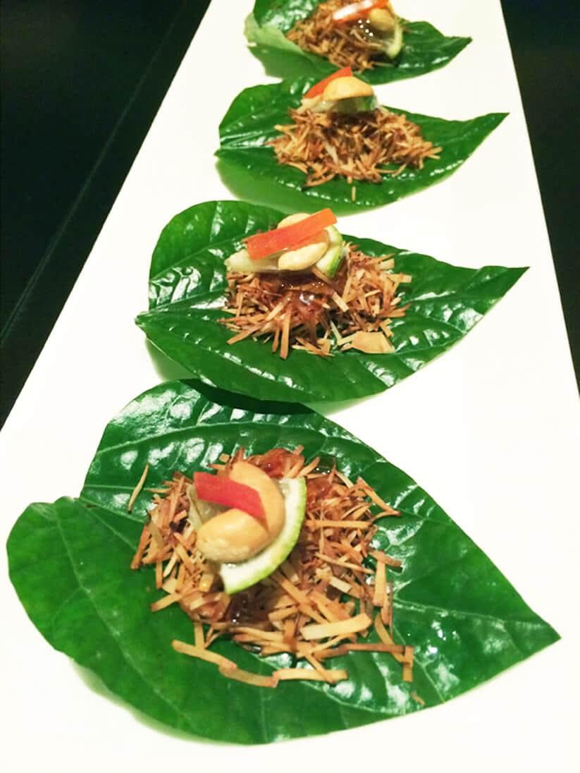 """מנה טבעונית מוגשת על עלה במסעדת צ'וצ'אי (צילום: אורי שביט, """"טבעוניות נהנות יותר"""")"""