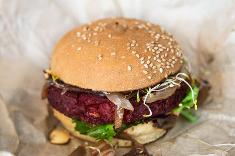 """המבורגר טבעוני של קופר בראנץ' (צילום: אורי שביט, """"טבעוניות נהנות יותר"""")"""