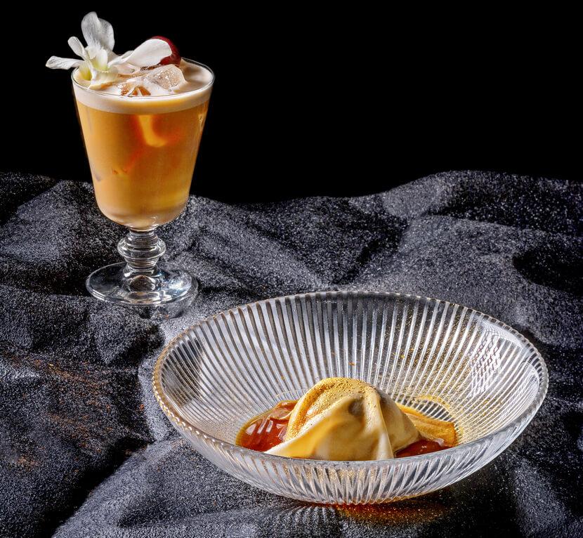 """מתנה לכל סועד. קוקטייל קופי קולדה של מוש בודניק וקינוח דום של יונתן רושפלד במסעדת """"ג'ונתן פוד קלאב"""" (צילום: אנטולי מיכאלו)"""