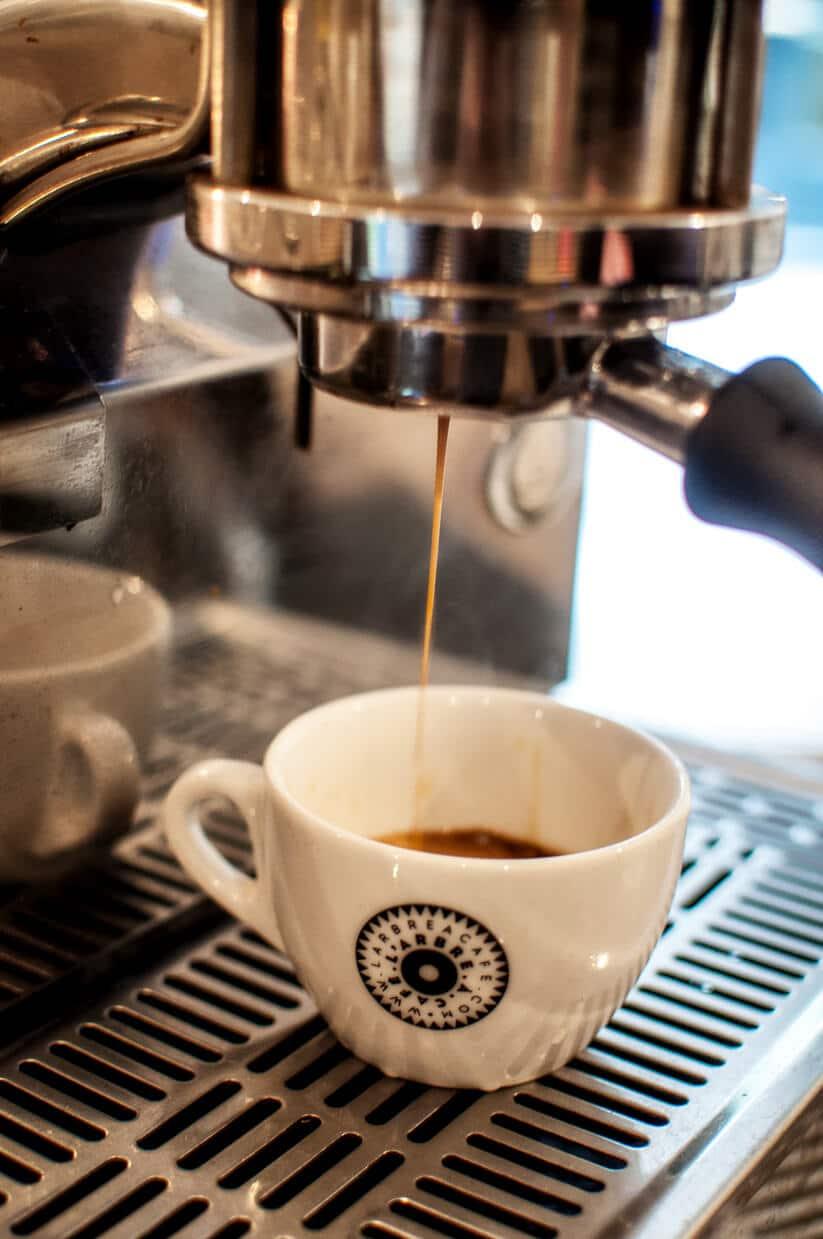 אספרסו בחנות הקפה ארבר א קפה, פריז (צילום: סיון אסקיו)