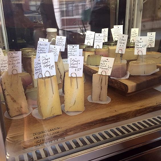 """גבינות טבעוניו ב""""דוקטור קאו"""", ניו יורק"""