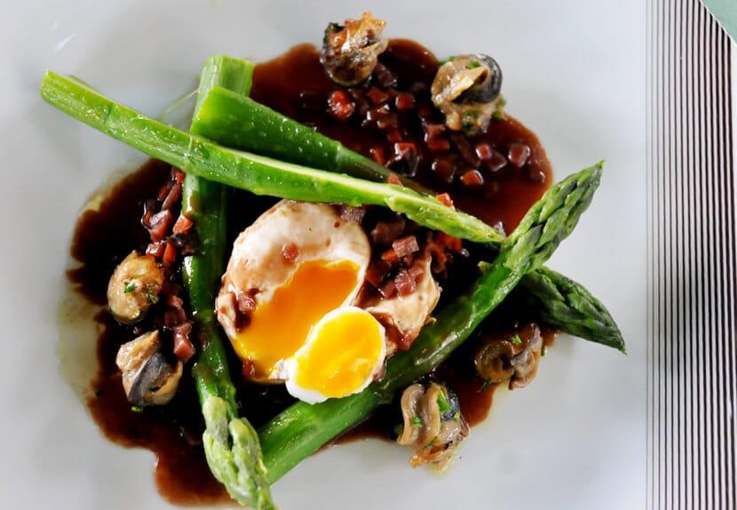מנת אספרגוס וביצה עלומה במסעדת קוק ארדי (צילום: יפה עירון-קוץ)